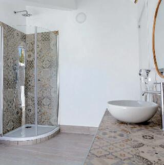 La ceramica decorata, nel bagno progettato da Roberta Borrelli, serve a sottolineare i diversi spazi funzionali