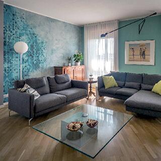 Un soggiorno realizzato da Lia Lovisolo in cui viene utilizzata una carta da parati di Wall & Decò