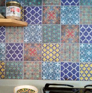 L'effetto piastrella decorata è stato ottenuto da Michela Martini grazie alla tecnica del decoupage, usando salviette in carta importate dagli Stati Uniti