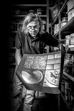 Lorenz Boegli nel suo atelier a Müntschemier, Svizzera