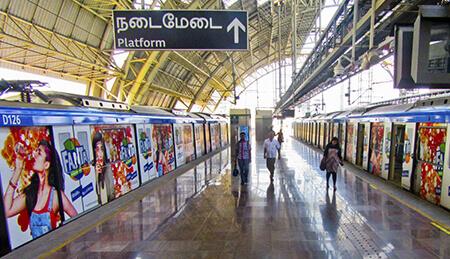 In India, a Chennai (l'antica Madras), una domination ferroviaria che non utilizza solo gli avvolgimenti dei convogli ma anche l'interno dei vagoni e l'area delle stazioni, saturando ogni spazio disponibile.