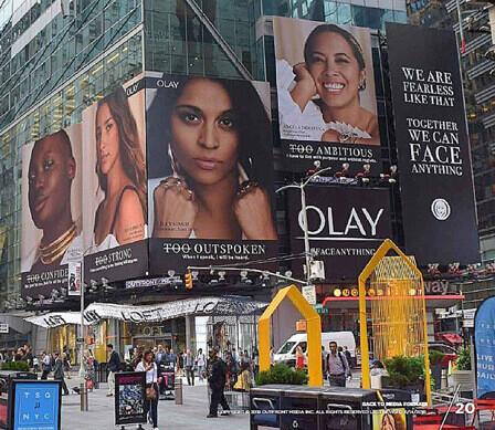 Le affissioni di Times Square vengono viste ogni anno da non meno di 200 milioni di persone. Nel cuore di New York la domination raggiunge il suo massimo effetto.