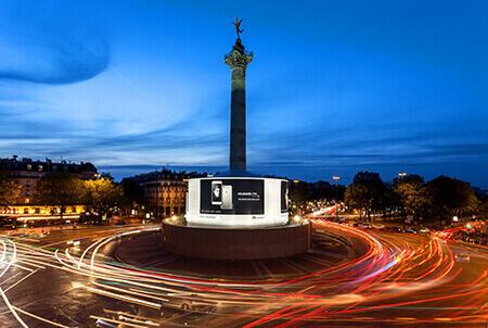 A Parigi una delle piazze più celebri, la Bastiglia, è stata dominata a lungo dal grande pannello luminoso che JCDecaux ha curato per Huawei. Ma la capitale francese ha tanta classe da nobilitare anche le edicole, le pensiline, i gabinetti!